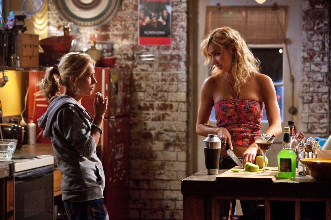 Lux (Brittany Robertson, l.) ist neugierig und möchte herausfinden wie sich ihre Tante Paige (Arielle Kebbel, r.) und ihr Lehrer Eric kennen gelernt... - Bildquelle: The CW   2010 The CW Network, LLC. All Rights Reserved