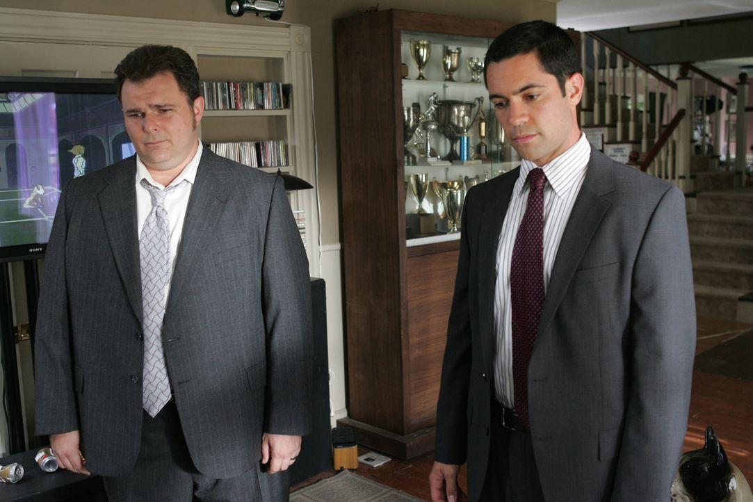 Die Ermittlungen gehen nur schleppend voran: Scott (Danny Pino, l.) und Nick (Jeremy Ratchford, r.) ... - Bildquelle: Warner Bros. Television