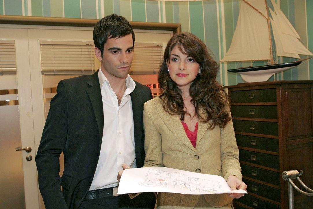 Mariella (Bianca Hein, r.) und David (Mathis Künzler, l.) schauen sich gemeinsam die überarbeiteten Pläne für ihr gemeinsames Heim an. Doch die... - Bildquelle: Sat.1