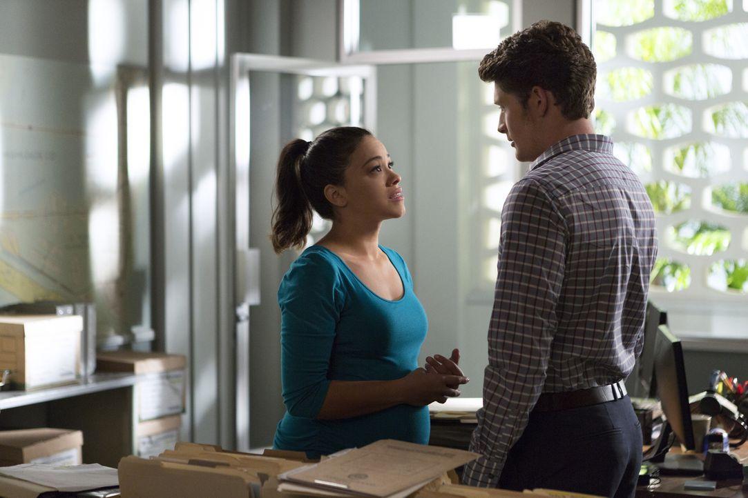 Jane (Gina Rodriguez, l.) setzt alles daran, dass Petras Mutter für ihre Tat einstehen muss und bittet deshalb Michael (Brett Dier, r.) um Hilfe ... - Bildquelle: 2014 The CW Network, LLC. All rights reserved.