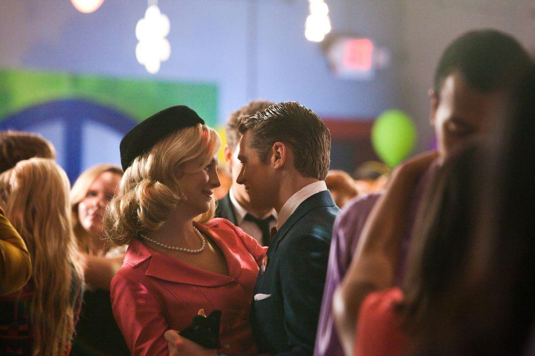Amüsieren sich auf dem Schulball: Matt (Zach Roerig, r.) und Caroline (Candice Accola, l.) - Bildquelle: Warner Bros. Television