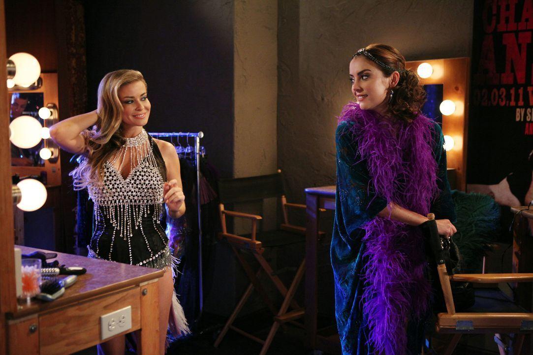 """Vesta (Carmen Electra, l.) und Silver (Jessica Stroup, r.) bereiten sich auf die große Neueröffnung des """"Offshore? vor. - Bildquelle: 2012 The CW Network. All Rights Reserved."""