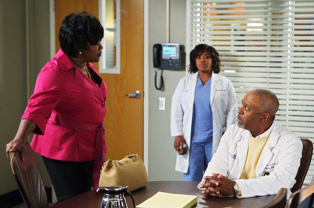 Da sich Dr. Webber (James Pickens, Jr., r.) und Miranda (Chandra Wilson, M.) immer noch streiten, versucht Adele (Loretta Devine, l.) die Situation... - Bildquelle: Touchstone Television