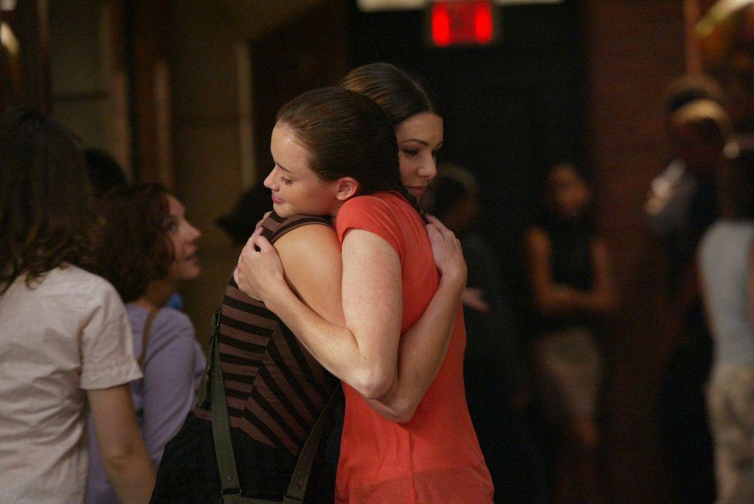 Als der erste Studientag immer näher rückt, müssen sich Lorelai (Lauren Graham, l.) und Rory (Alexis Bledel, r.) eingestehen, dass Rory langsam erwa... - Bildquelle: 2003 Warner Bros.