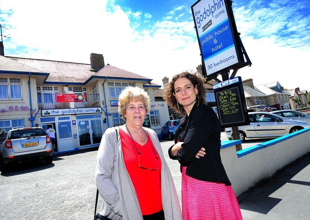 Hotelexpertin Alex Polizzi (r.) reist heute an die idyllische Küste Cornwalls. Dort trifft sie Margaret Ashwood (l.), die 71-jährige Besitzerin de... - Bildquelle: Channel 5