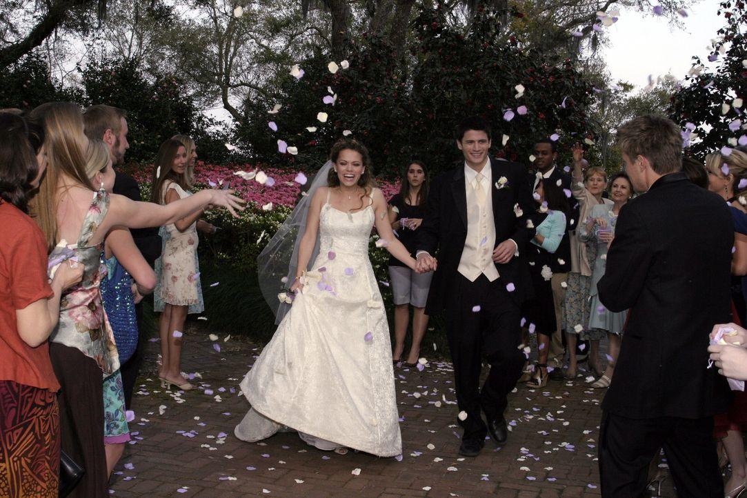 Endlich ist es soweit: Haley (Bethany Joy Galeotti, l.) und Nathan (James Lafferty, r.) geben sich erneut das Ja-Wort ... - Bildquelle: Warner Bros. Pictures