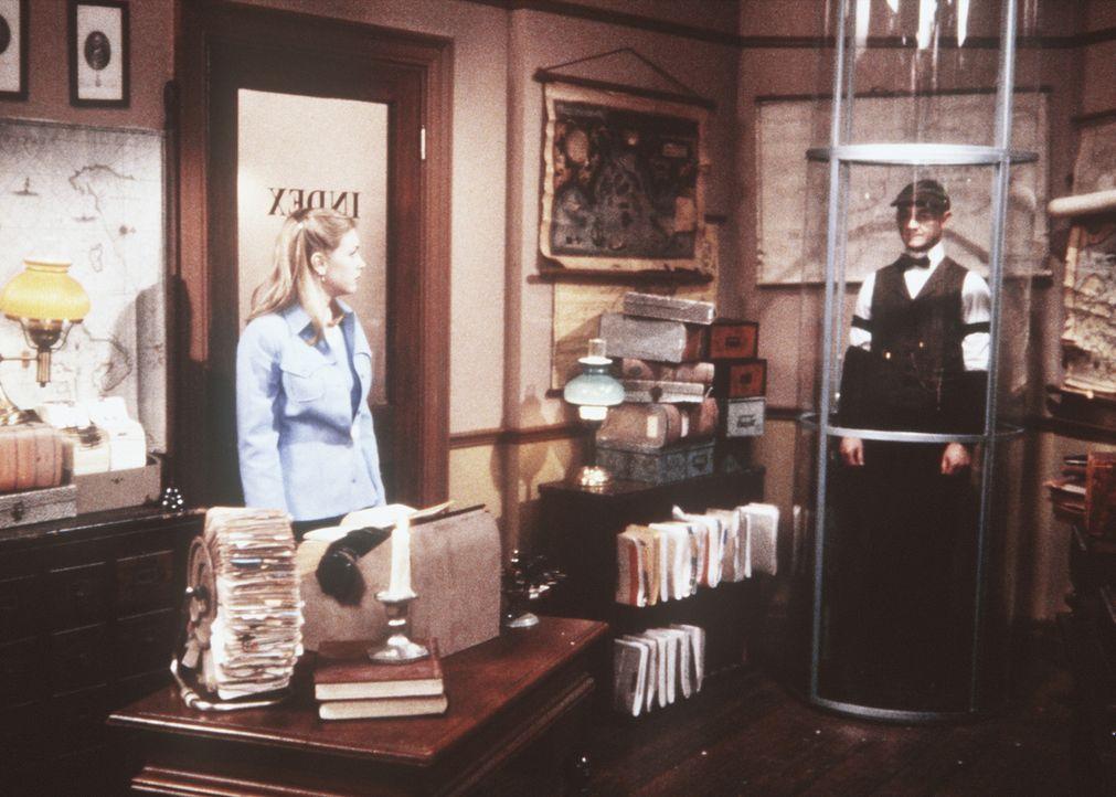 Sabrina (Melissa Joan Hart, l.) hofft, in der Registratur etwas über den Verbleib von Gail zu erfahren ... - Bildquelle: Paramount