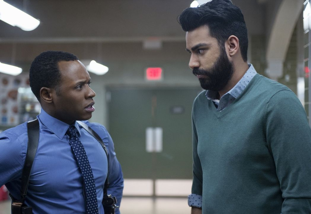 Als Blaine im Revier auftaucht, ist Clive (Malcolm Goodwin, l.) mehr als verwirrt. Kann Ravi (Rahul Kohli, r.) seinen Ermittlerdurst stillen und ihm... - Bildquelle: 2014 Warner Brothers