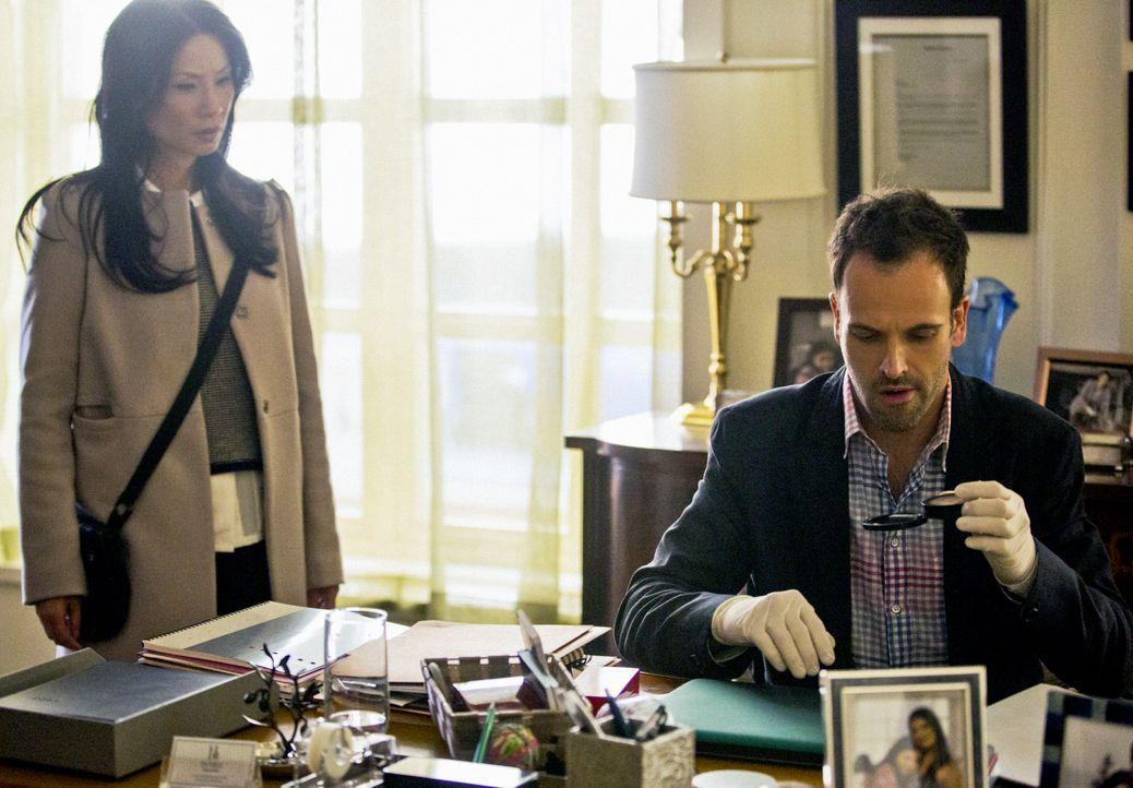 Ermitteln in einem neuen Fall: Sherlock Holmes (Jonny Lee Miller, r.) und Dr. Joan Watson (Lucy Liu, l.) ... - Bildquelle: Tom Concordia CBS Television / Tom Concordia