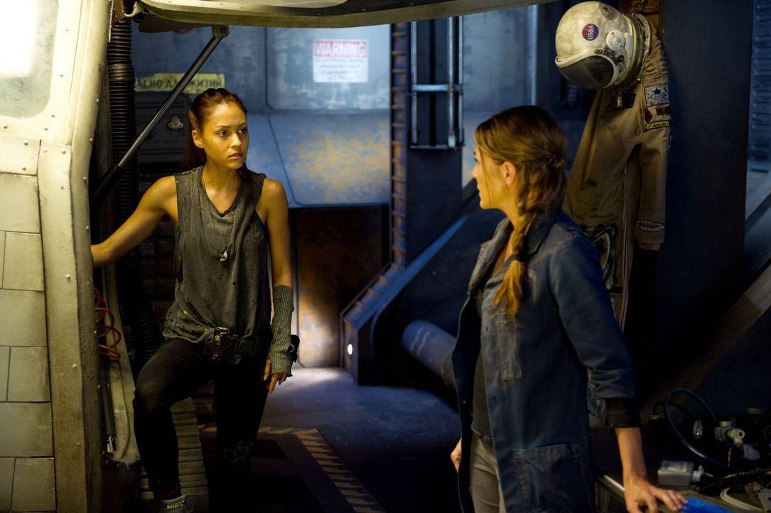 Werden Raven (Lindsey Morgan, l.) und Abigail (Paige Turco, r.) rechtzeitig fertig, bevor der Rat beschließt, die Menschheit auf dem Raumschiff zu m... - Bildquelle: Warner Brothers