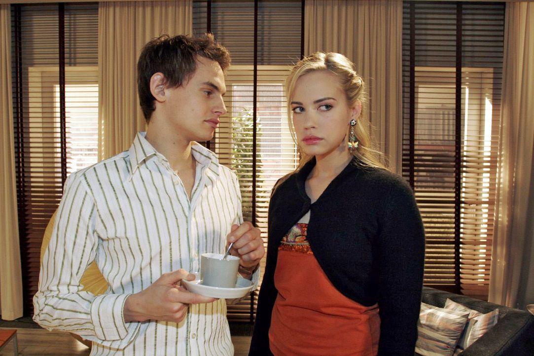 Kim (Lara-Isabelle Rentinck, r.) wünscht sich nichts mehr, als dass Alexander (Shai Hoffmann, l.) endlich aus Sophies Reich auszieht. - Bildquelle: Noreen Flynn SAT.1 / Noreen Flynn