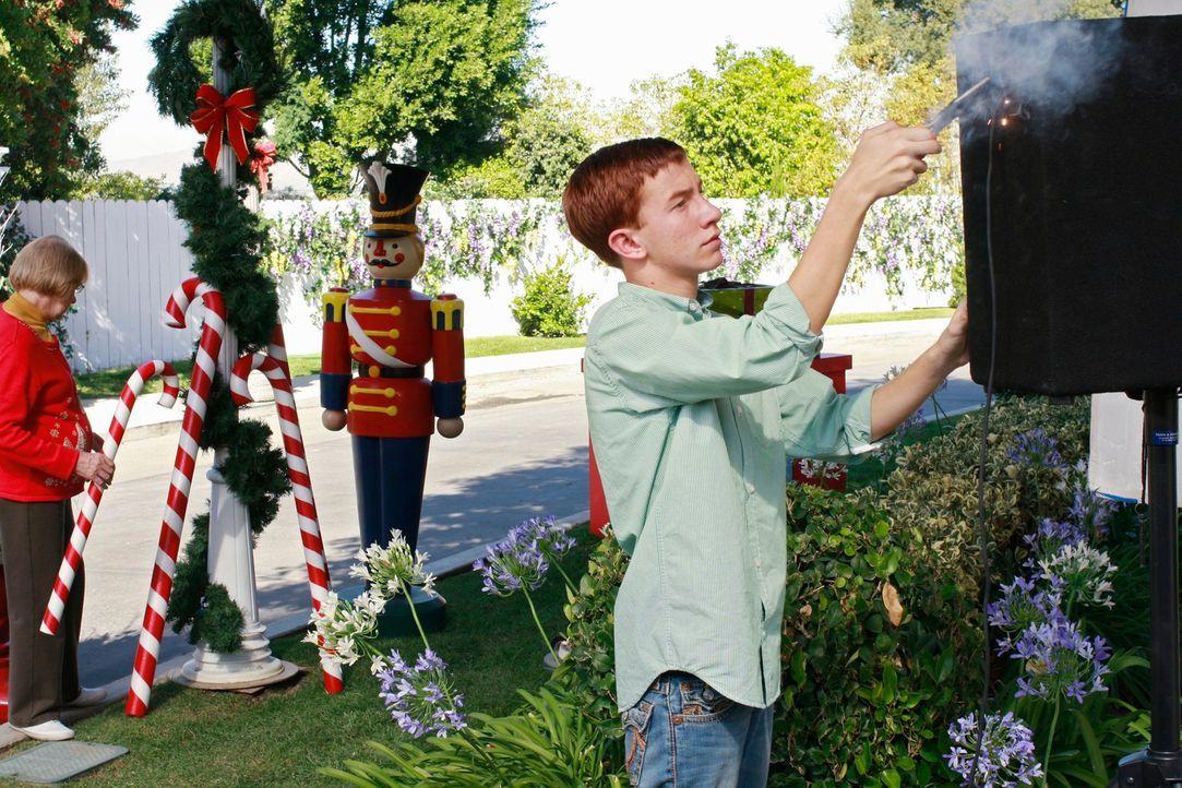 In der Wisteria Lane laufen die Vorbereitungen für das Weihnachtsfest auf Hochtouren: Karen McCluskey (Kathryn Joosten, l.) und Parker (Joshua Moore... - Bildquelle: ABC Studios