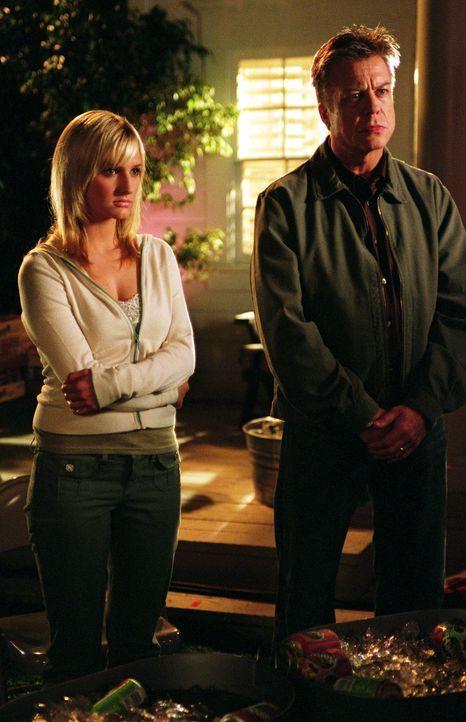 Das Haus von Cecilia (Ashlee Simpson, l.) und George (Brad Maule, r.) wird ausgerechnet ausgeraubt, während die beiden  beim Treffen der Nachbarscha... - Bildquelle: Greg Schwartz The WB Television Network