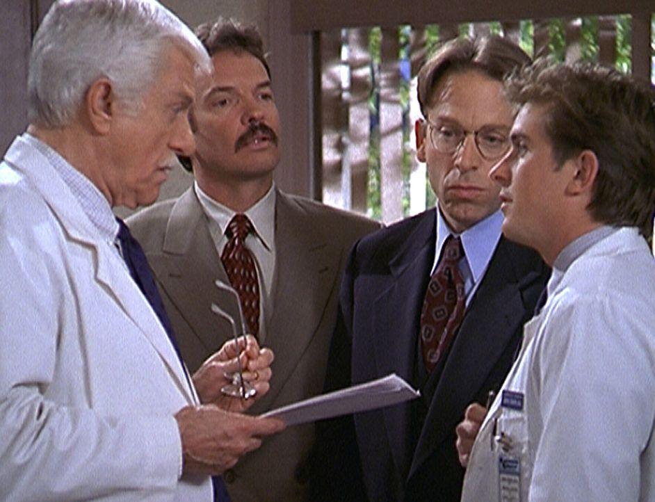 Dr. Mark Sloan (Dick Van Dyke, l.) und Jesse (Charlie Schlatter, r.) diskutieren über das sensationell gute Angebot, das Eddie (Christopher John Fie... - Bildquelle: Viacom