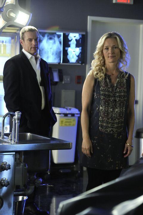 Begreift Dr. Kendra Watt (Kari Matchett, r.) nun, was wirklich mit ihr geschehen ist, als Charlie (Michael Shanks, l.) ihren Geist zu ihrem leblosen... - Bildquelle: 2012 Hope Zee One Inc., All rights reserved