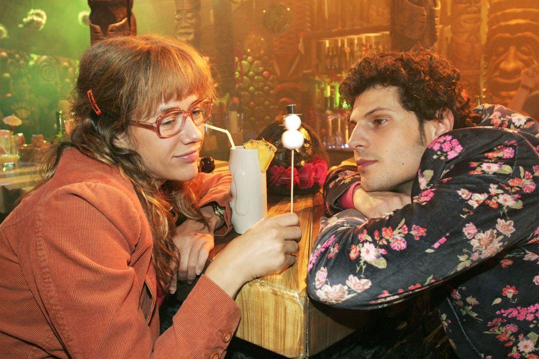 Lisa (Alexandra Neldel, l.) will nichts von Rokkos (Manuel Cortez, r.) Gefühlen, die er für sie empfindet, hören. Sie glaubt, dass er und Sophie sic... - Bildquelle: Noreen Flynn SAT.1 / Noreen Flynn
