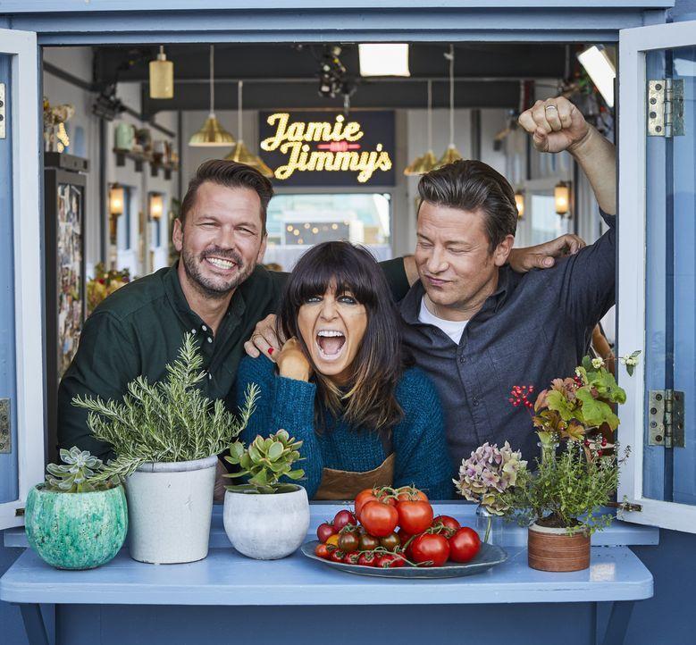 (v.l.n.r.) Jimmy Doherty; Claudia Winkleman; Jamie Oliver - Bildquelle: Steve Ryan 2019 Jamie Oliver Enterprises Ltd. / Steve Ryan