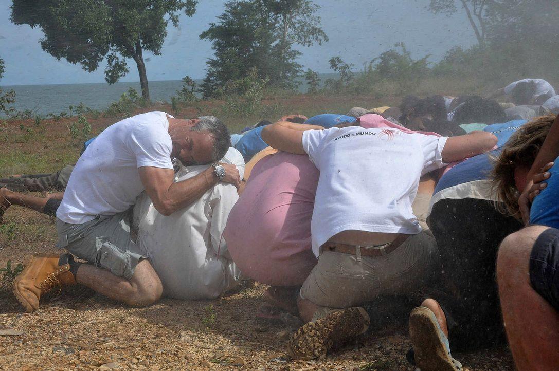 Tropenstürme machen dem Camp und seinem Leiter Matthias Kreusler (Hannes Jaenicke, l.) das Leben schwer ... - Bildquelle: Aki Pfeiffer SAT.1
