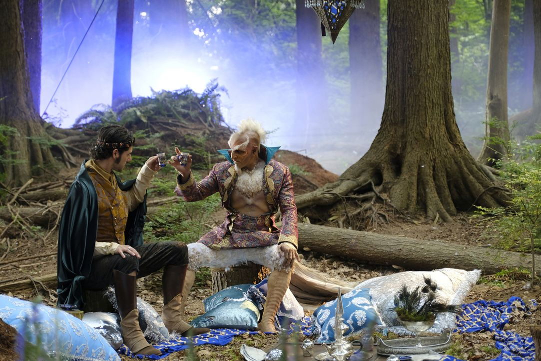 (v.l.n.r.) Eliot Waugh (Hale Appleman); Der große Gockel aus den Finsterwäldern (Faran Tahir) - Bildquelle: Eike Schroter 2018 Syfy Media Productions LLC. ALL RIGHTS RESERVED./Eike Schroter