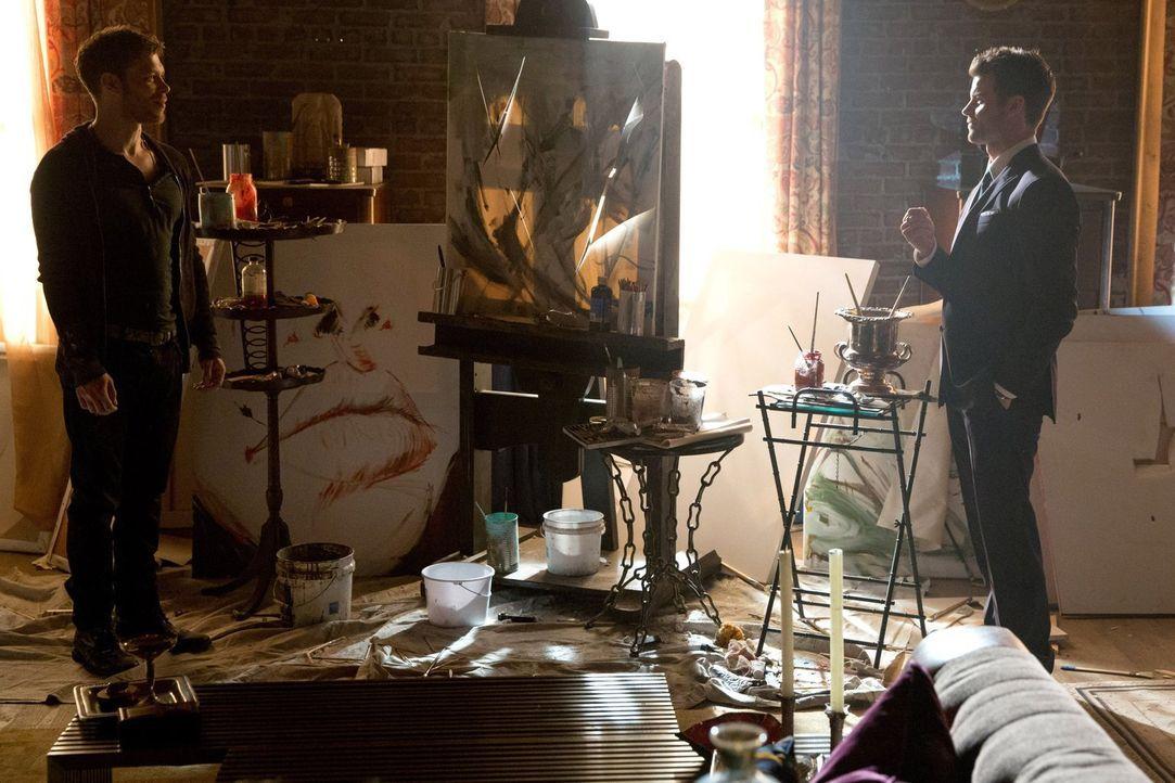 Noch ahnen Klaus (Joseph Morgan, l.) und Elijah (Daniel Gillies, r.) nicht, dass Verwandte auf dem Weg zurück nach New Orleans sind ... - Bildquelle: Warner Bros. Television