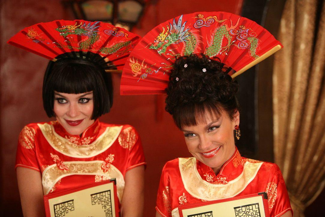 """Chuck (Anna Friel, l.) und Olive (Kristin Chenoweth, r.) schleichen sich als Kellnerinnen ins """"Dim Sum"""", um Ned und Emerson Cod bei den Recherchen b... - Bildquelle: Warner Brothers"""