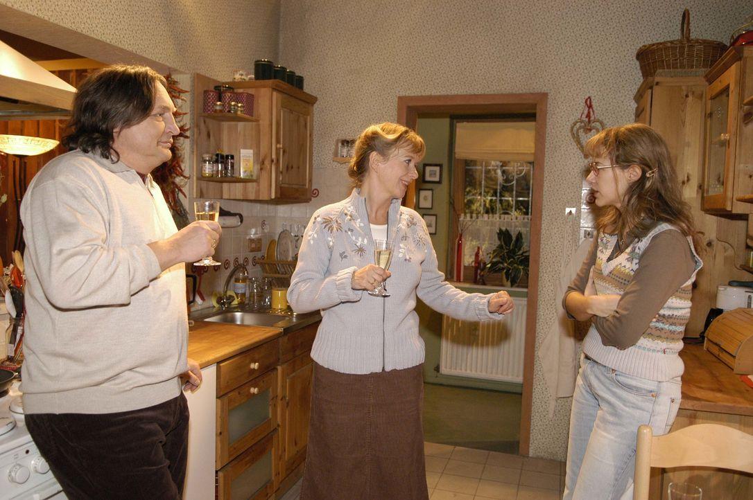 Lisas (Alexandra Neldel, r.) Eltern Bernd (Volker Herold, l.) und Helga (Ulrike Mai, M.) sind glücklich, dass ihre Tochter endlich zur Vernunft geko... - Bildquelle: Noreen Flynn SAT.1 / Noreen Flynn