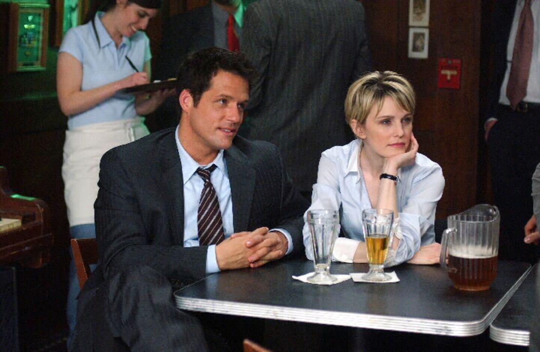 Jason (Josh Hopkins, l.) und Det. Lilly Rush (Kathryn Morris, r.) gönnen sich ein Feierabend-Bierchen ... - Bildquelle: Warner Bros. Television