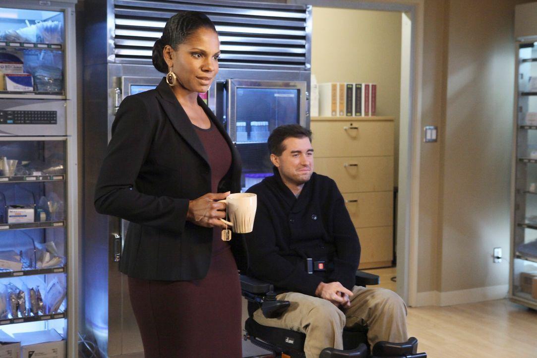 Naomi (Audra McDonald, l.) wird von ihrem Chef William White vor vollendete Tatsachen gestellt: Er stellt eigenmächtig Dr. Fife (Michael Patrick Tho... - Bildquelle: ABC Studios