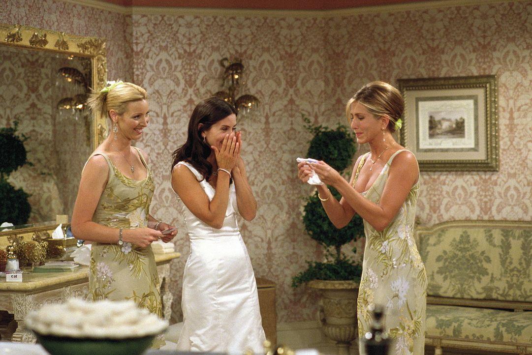 Monica (Courteney Cox, M.) ist an ihrem Hochzeitstag besonders glücklich, da der zweite Schwangerschaftstest negativ ausgefallen ist. Phoebe (Lisa... - Bildquelle: TM+  WARNER BROS.