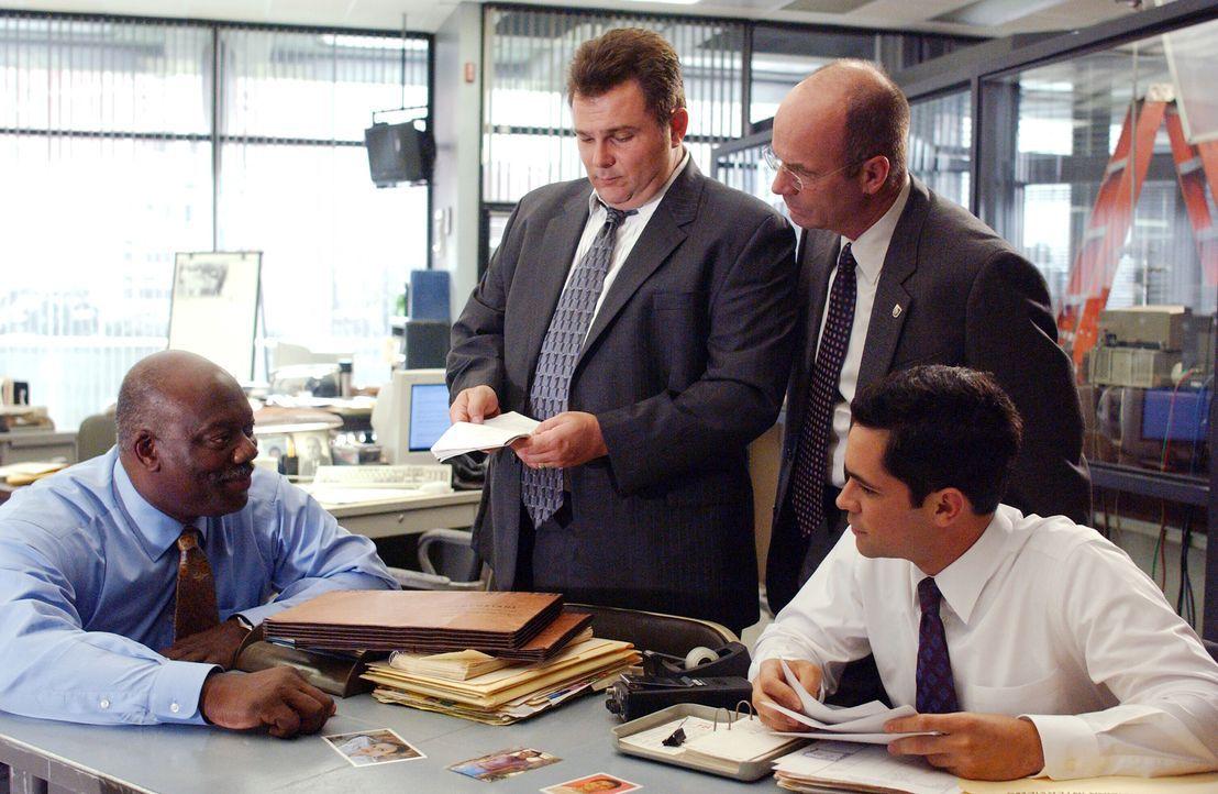 Schon bald erkennen (v.l.n.r.) Detective Will Jeffries (Thom Barry), Detective Nick Vera (Jeremy Ratchford), John Stillman (John Finn) und Detective... - Bildquelle: Warner Bros. Television