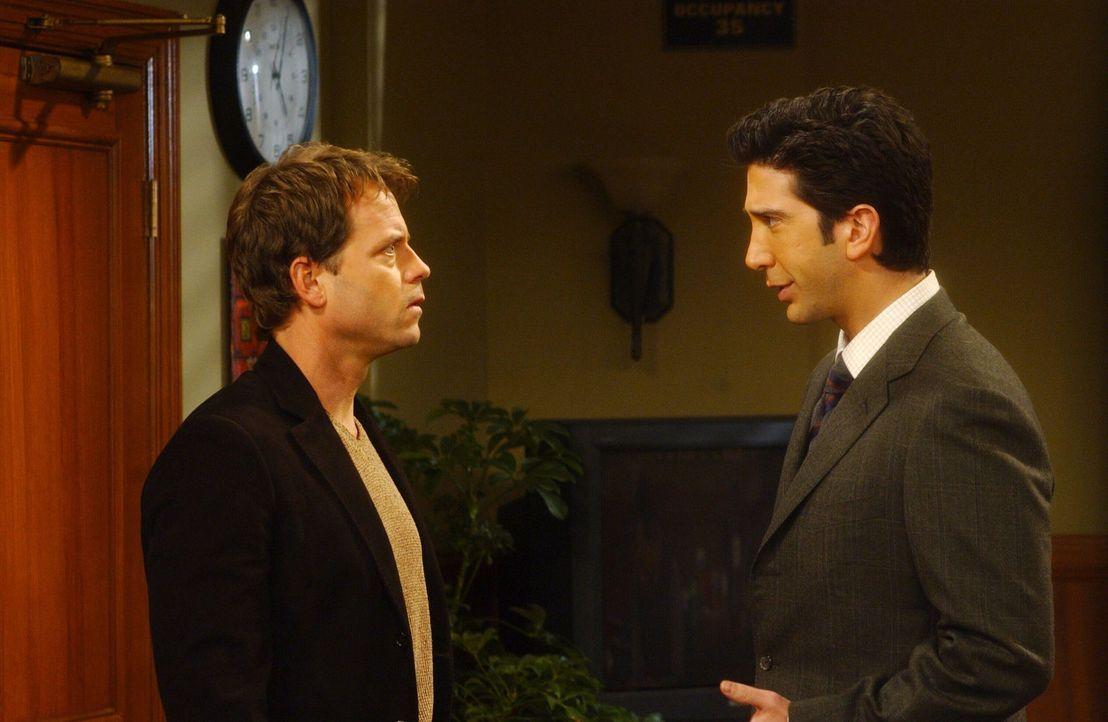 Um eine Prüfung zu bestehen, stellt Dr. Hobart (Greg Kinnear, l.) Ross (David Schwimmer, r.) vor eine unfaire Wahl ... - Bildquelle: 2003 Warner Brothers International Television