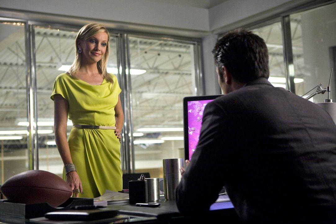 Die Karriereleiter besteigt sich nicht von allein und so muss Ella (Katie Cassidy, l.) alles tun, um ihren Vorgesetzten Caleb (Victor Webster, r.) z... - Bildquelle: 2009 The CW Network, LLC. All rights reserved.