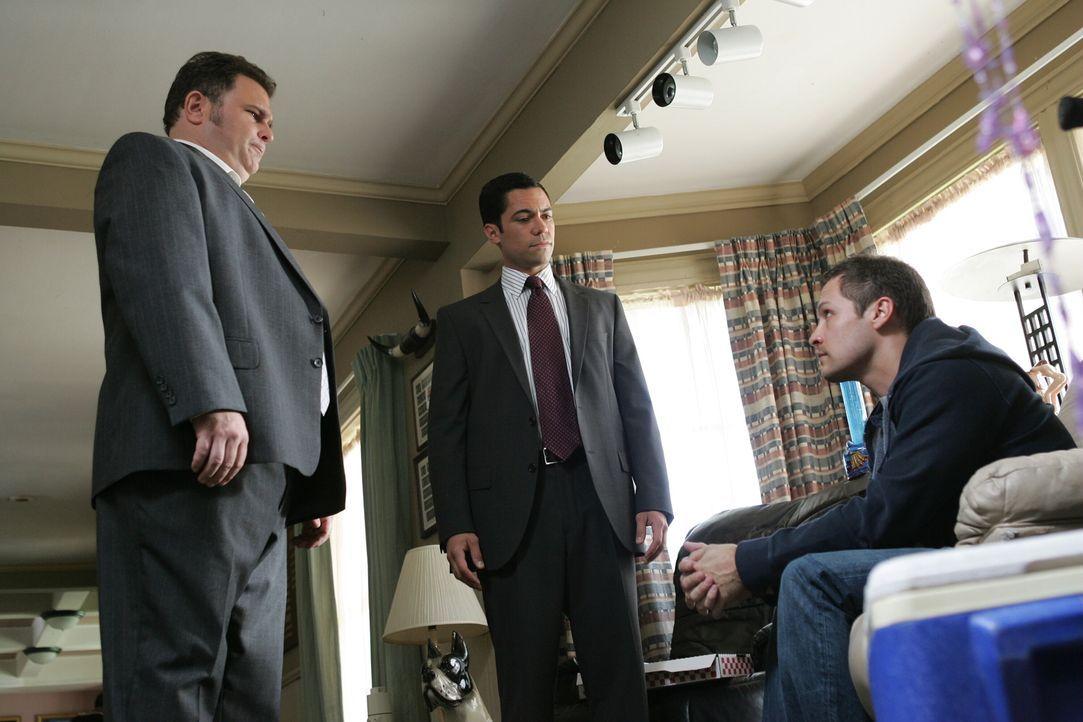 Weiß Manny (Nick Wechsler, r.) mehr als er zugibt? Nick (Jeremy Ratchford, l.) und Scott (Danny Pino, M.) versuchen es herauszubekommen ... - Bildquelle: Warner Bros. Television