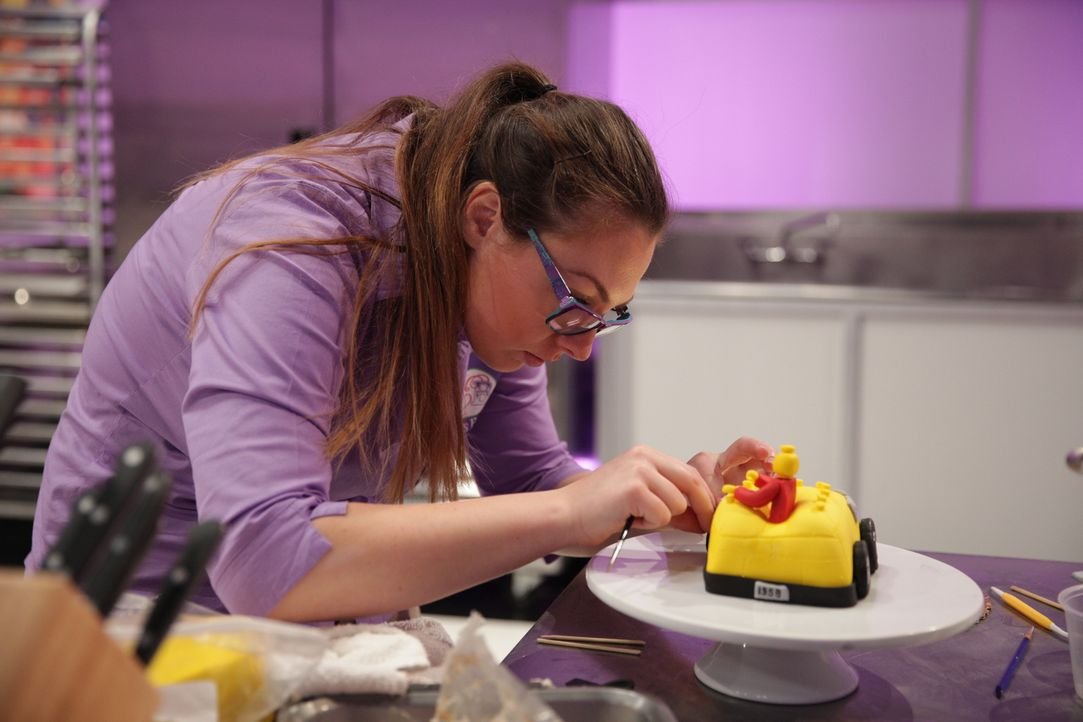 Der letzte Feinschliff! Wird der Kuchen von Bäckerin Jackie Bishop und ihrer Assistentin Buse (Bild) der Jury gefallen? - Bildquelle: 2015, Television Food Network, G.P. All Rights Reserved