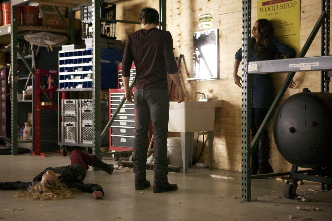 Als Damon (Ian Somerhalder, M.) und Elena (Nina Dobrev, r.) erfahren, wer Liv (Penelope Mitchell, l.) wirklich ist, müssen sie eine Entscheidung tre... - Bildquelle: Warner Brothers