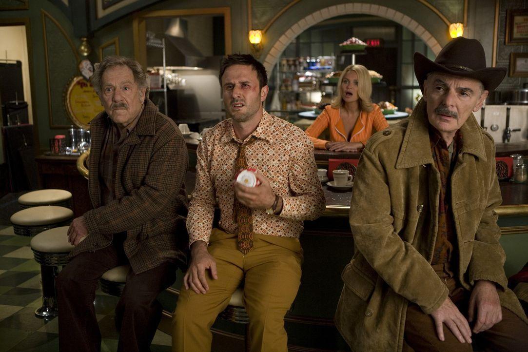 Randy (David Arquette, 2.v.l.) versteht nicht so ganz: Wie ist er nur in die verzwickte Situation mit Olive (Kristin Chenoweth, 2.v.r.), Jerry (Rich... - Bildquelle: Warner Brothers