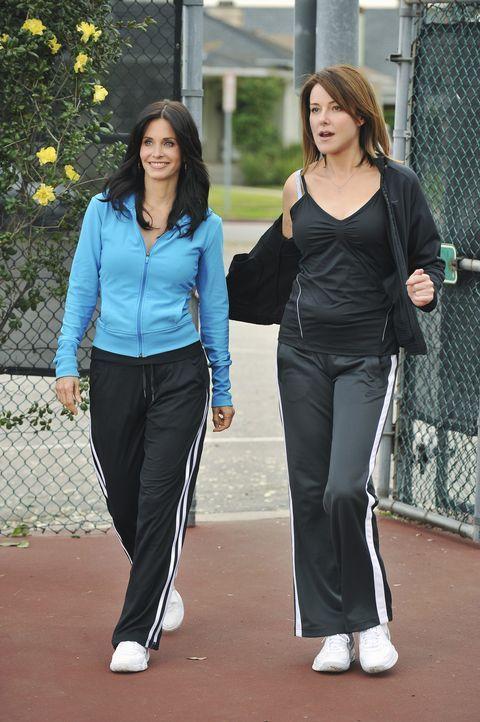 Ellie (Christa Miller, r.) entschließt sich, Tennisstunden zu nehmen. Dass der Tennislehrer ausnehmend attraktiv ist, scheint der wahre Beweggrund... - Bildquelle: 2009 ABC INC.