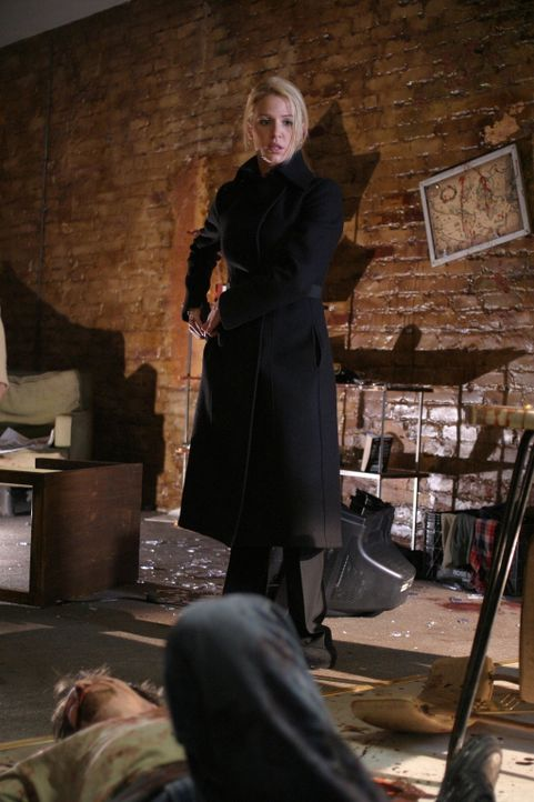 Am Tatort bietet sich Samantha Spade (Poppy Montgomery) ein Bild des Grauens ... - Bildquelle: Warner Bros. Entertainment Inc.