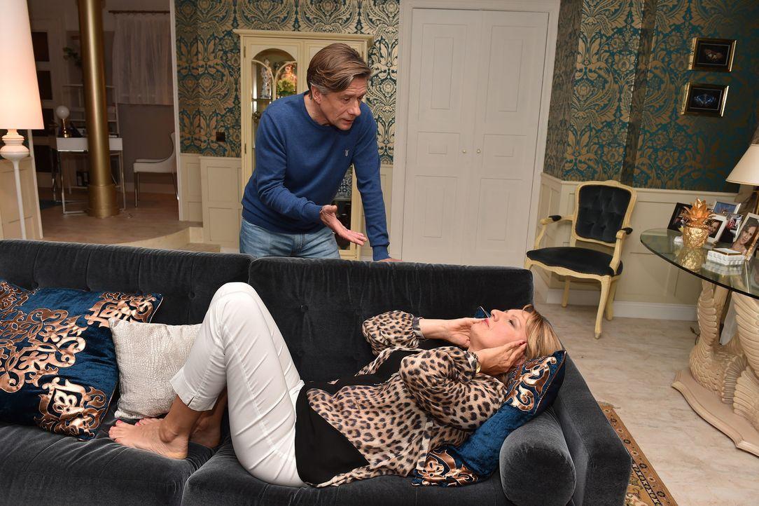 """Nun wendet sich sogar Hendrik (Stephan Baumecker, hinten) von Felicitas (Claudia Lietz, vorne), dem """"Vampir in Versace"""", ab ... - Bildquelle: Andre Kowalski sixx"""