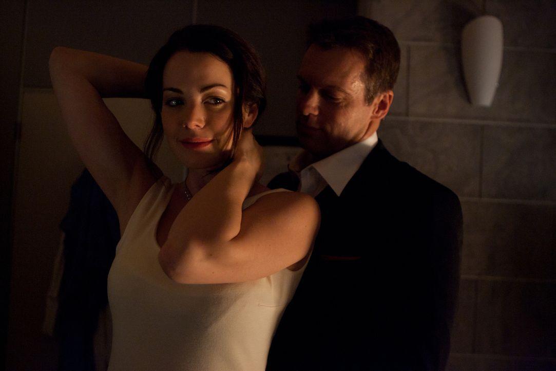 Ihre Hochzeit steht kurz bevor: Dr. Alex Reid (Erica Durance, l.) und Dr. Charlie Harris (Michael Shanks, l.) - Bildquelle: 2012  Hope Zee One Inc.