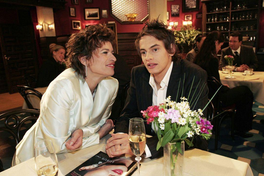 Alex (Shai Hoffmann, r.) wird von Sophie (Gabrielle Scharnitzky, l.) zu ihrem persönlichen Berater gemacht. - Bildquelle: Noreen Flynn SAT.1 / Noreen Flynn