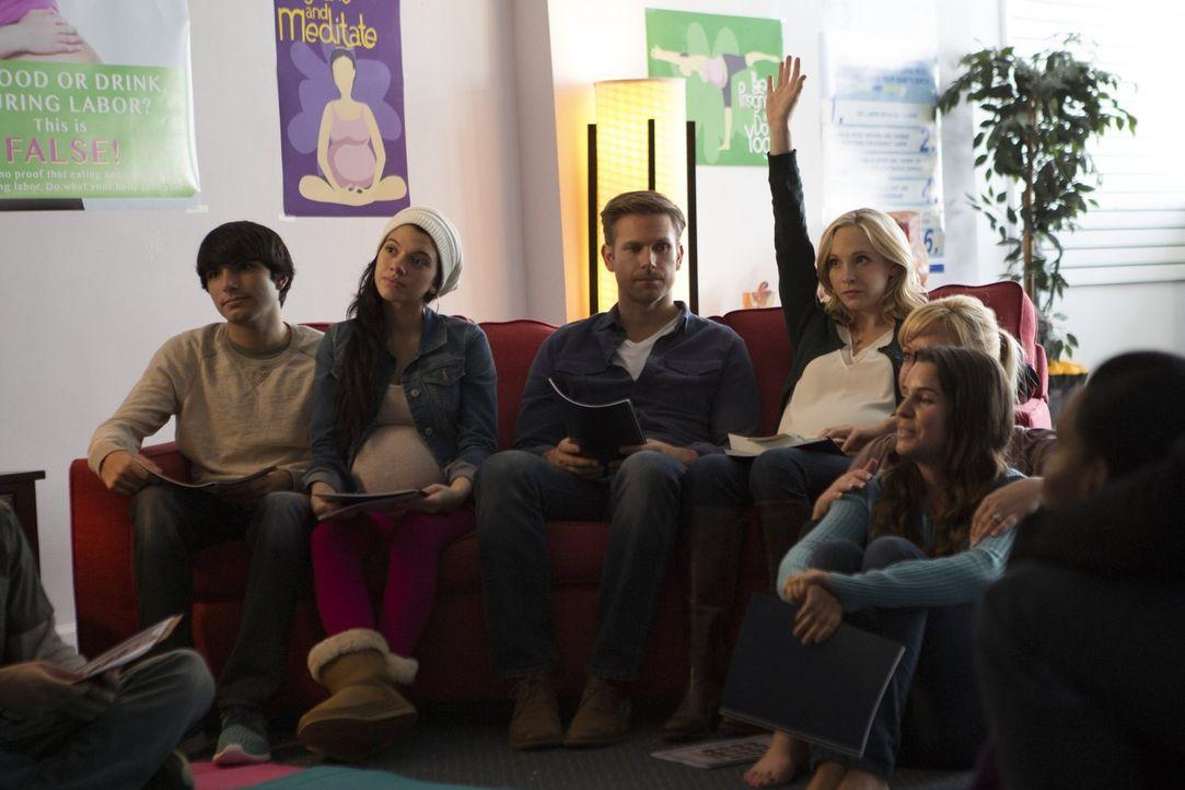 Macht sich Alaric (Matthew Davis, 3.v.l.) zu Recht sorgen um die schwangere Caroline (Candice King, 3.v.r.) und die Menschen in ihrer Umgebung? - Bildquelle: Warner Bros. Entertainment, Inc.