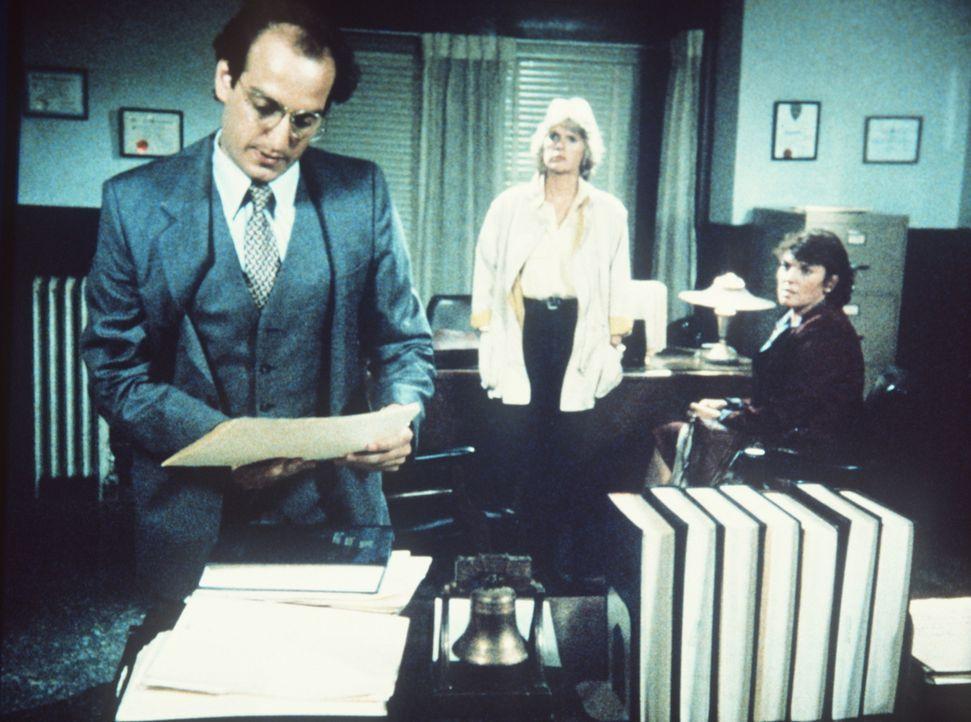 Der Staatsanwalt (David Paymer, l.) ist überhaupt nicht erfreut, als Cagney (Sharon Gless, M.) und Lacey (Tyne Daly) ihm gleich zwei Mörderinnen p... - Bildquelle: ORION PICTURES CORPORATION. ALL RIGHTS RESERVED.
