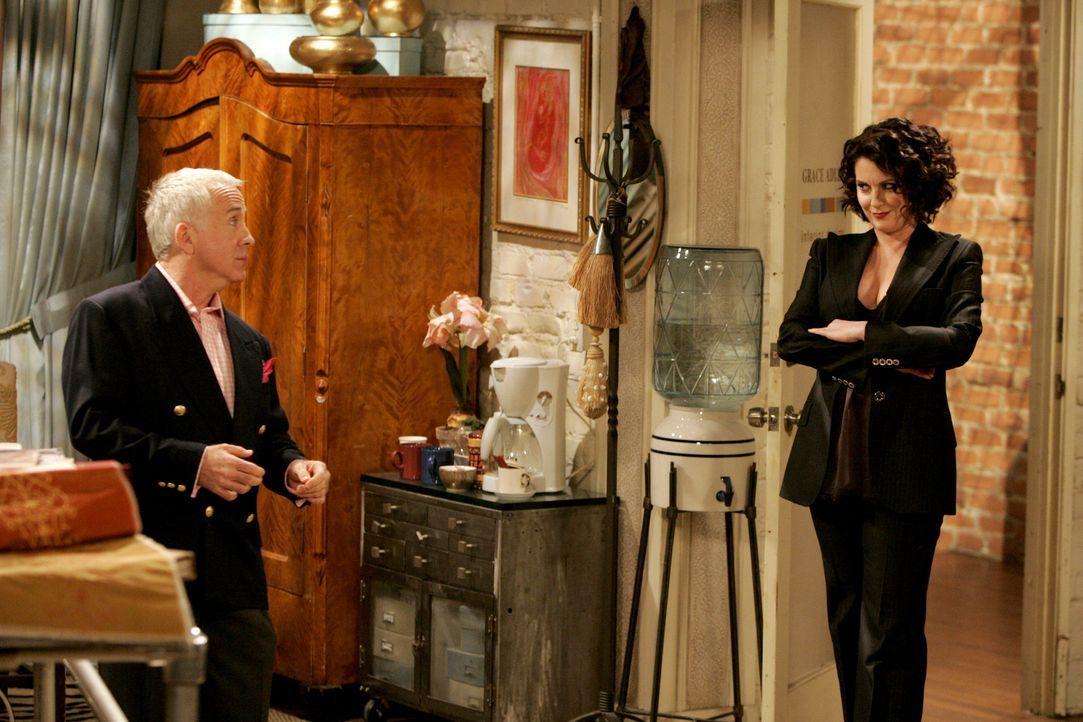 Beverly (Leslie Jordan, l.) macht Karen (Megan Mullally, r.) Druck, sich für ein beschämendes Gerücht zu entschuldigen ... - Bildquelle: Chris Haston NBC Productions