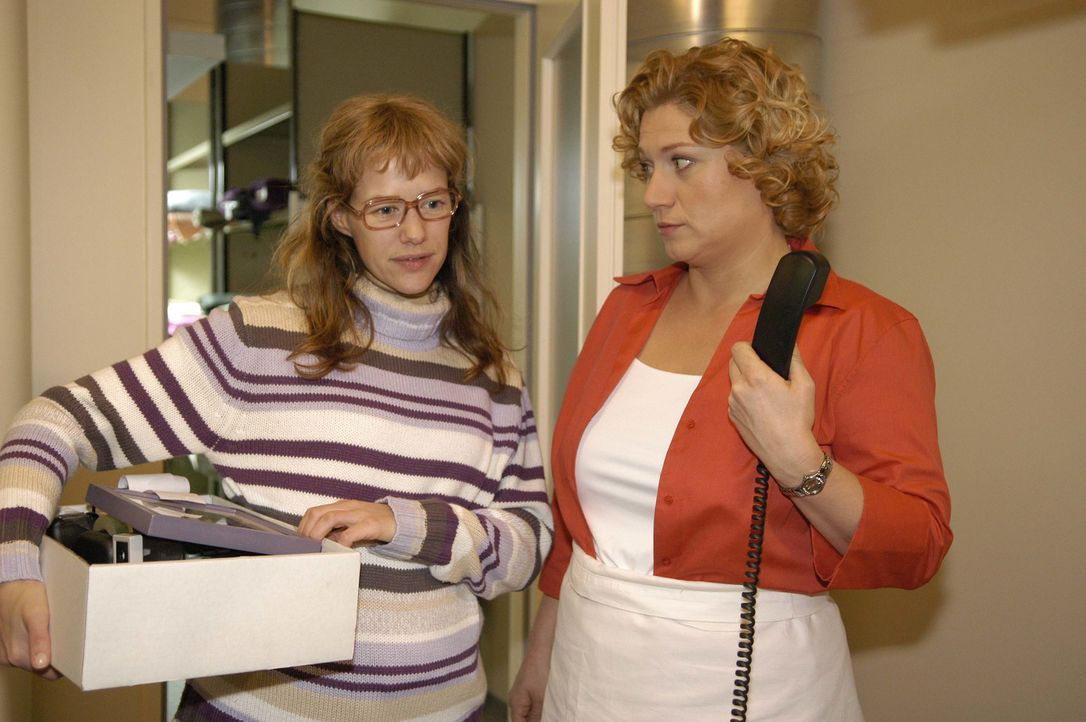 Lisa (Alexandra Neldel, l.) ist überglücklich: David hat ihr einen neuen Arbeitsplatz zugewiesen - direkt vor seiner Bürotür. Agnes (Susanne Szell,... - Bildquelle: Noreen Flynn SAT.1 / Noreen Flynn