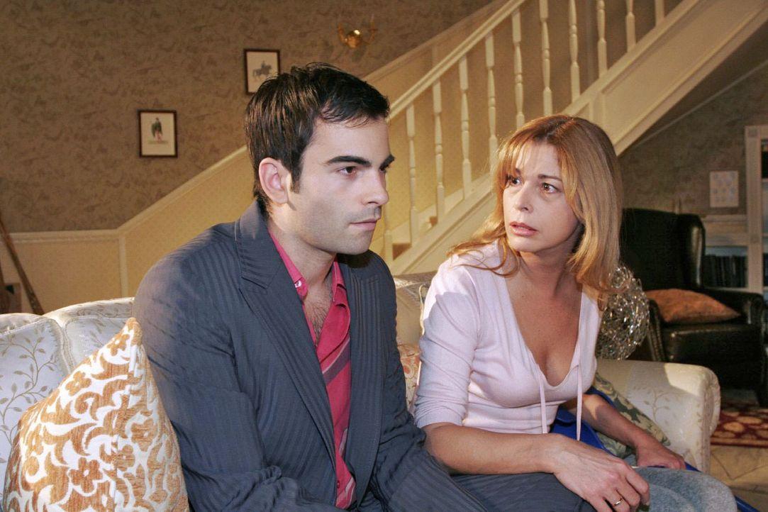 Laura (Olivia Pascal, r.) ahnt, dass David (Mathis Künzler, l.) mehr als freundschaftliche Gefühle für Lisa hegt ... - Bildquelle: Noreen Flynn SAT.1 / Noreen Flynn
