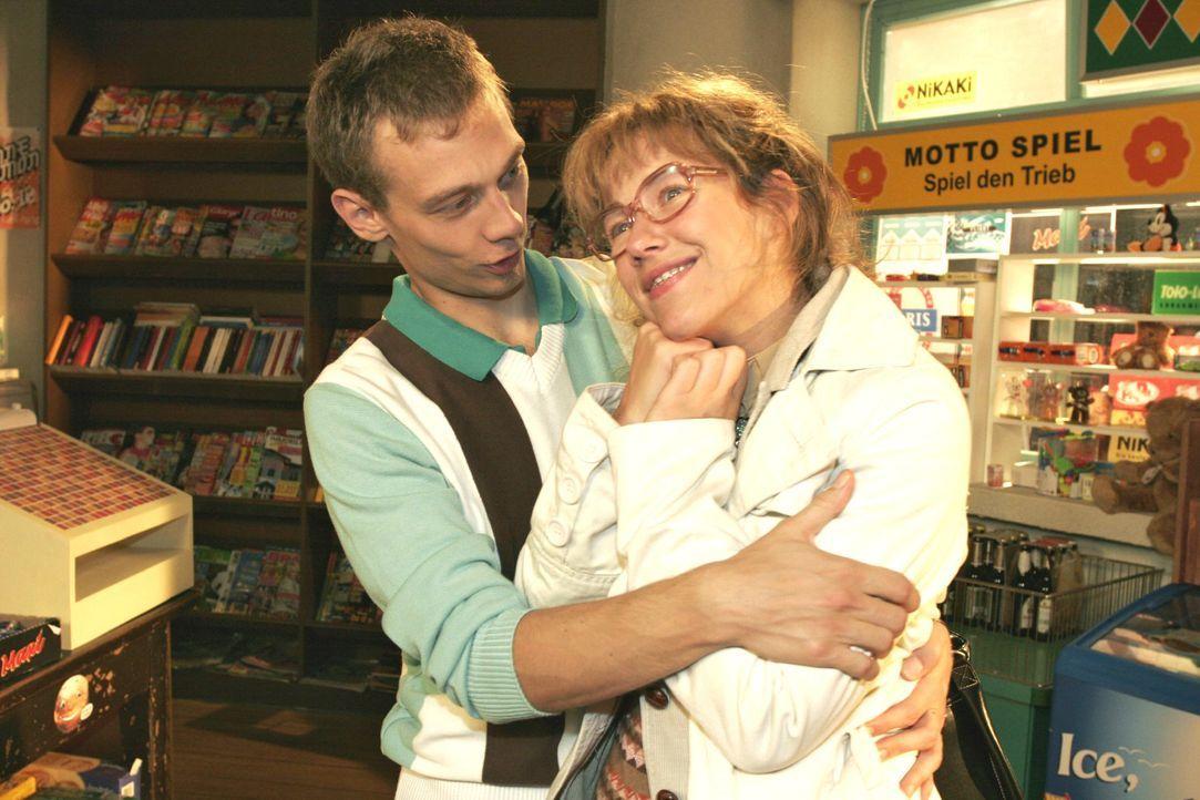 Jürgen (Oliver Bokern, l.) weiß, dass Lisa (Alexandra Neldel, r.) nicht seinetwegen verliebt aussieht. - (Dieses Foto von Alexandra Neldel darf nur... - Bildquelle: Noreen Flynn SAT.1 / Noreen Flynn