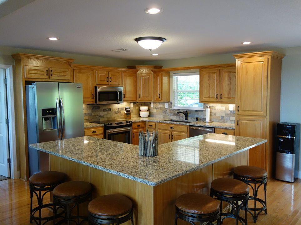 Die Küche mit Kücheninsel in Sky View bietet ausreichend Platz, um Freunde einzuladen und gemeinsam zu kochen. - Bildquelle: 2015,HGTV/Scripps Networks, LLC. All Rights Reserved