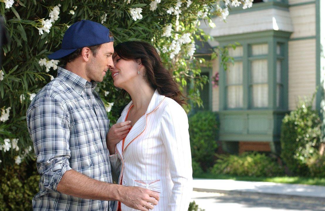Während ihre Beziehung zu Luke (Scott Patterson, l.) richtig gut läuft, leidet Lorelai (Lauren Graham, r.) immer noch darunter, dass sie mit ihrer T... - Bildquelle: 2004 Warner Bros.