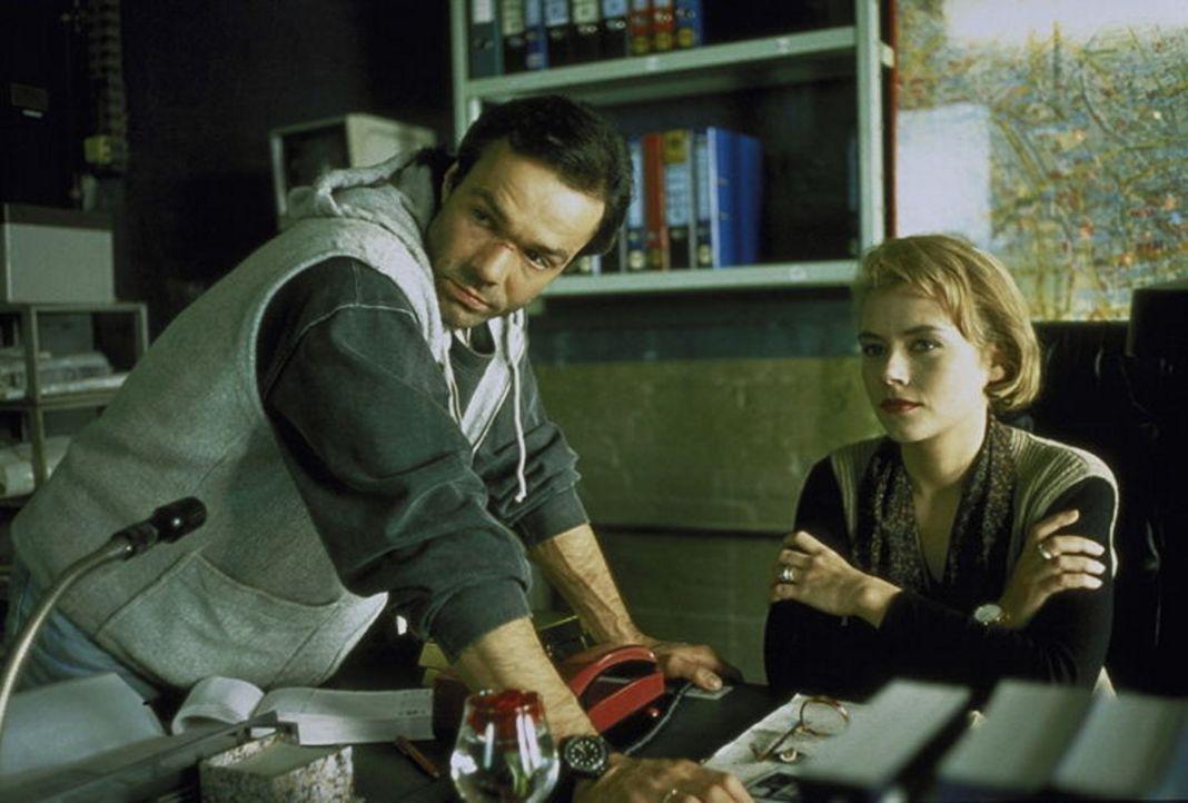 Tom Geiger (Hannes Jaenicke) hilft der Staatsanwältin Irene Starnow (Jennifer Nitsch). - Bildquelle: York Maecke ProSieben